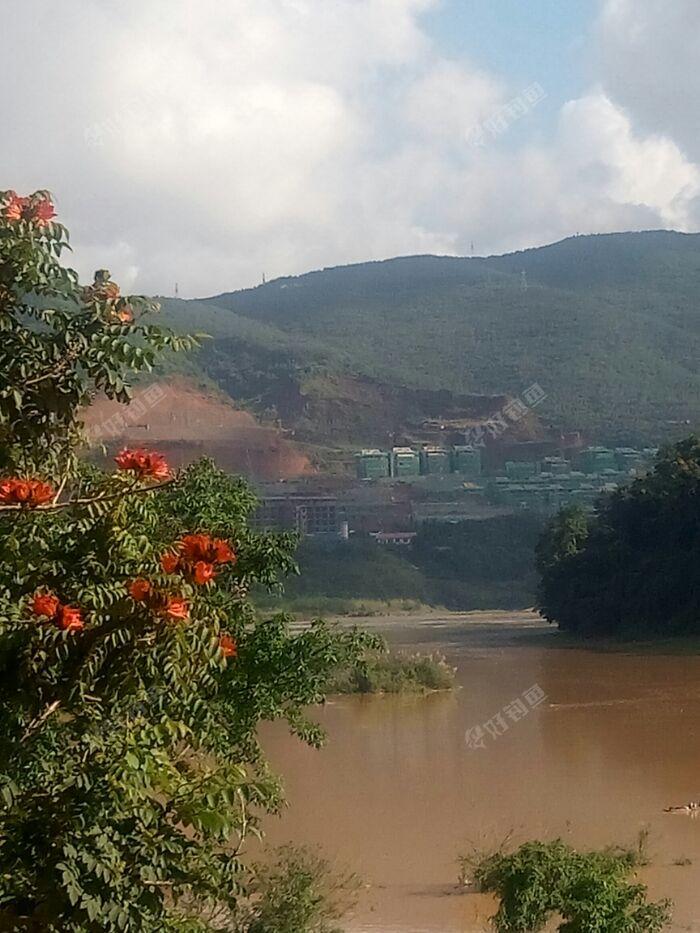 因为我们云南景洪这里下雨好几天了,你看澜沧江和流沙河交汇处水位又大而且还混