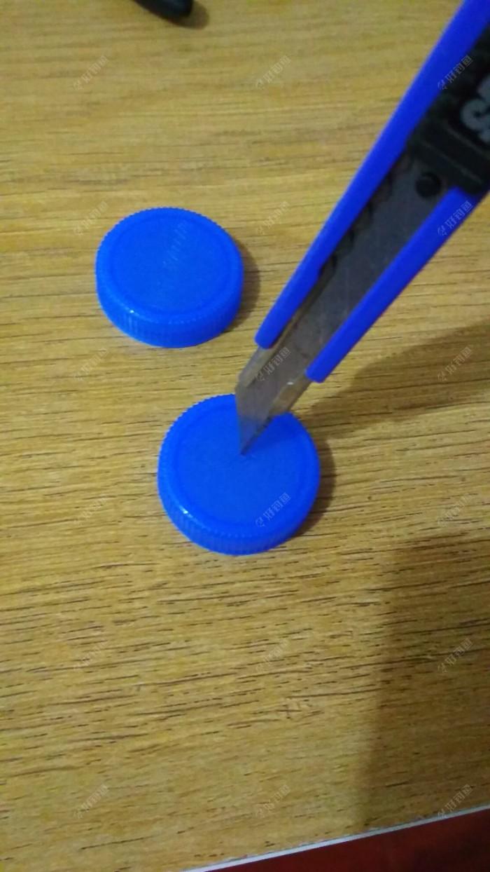 矿泉水瓶盖,钻孔,中间用,美工刀,钻一个孔,使用,美工刀,一定要注意安全,