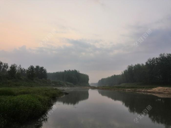 河床较低,沿河固土防风的林带婉延曲折