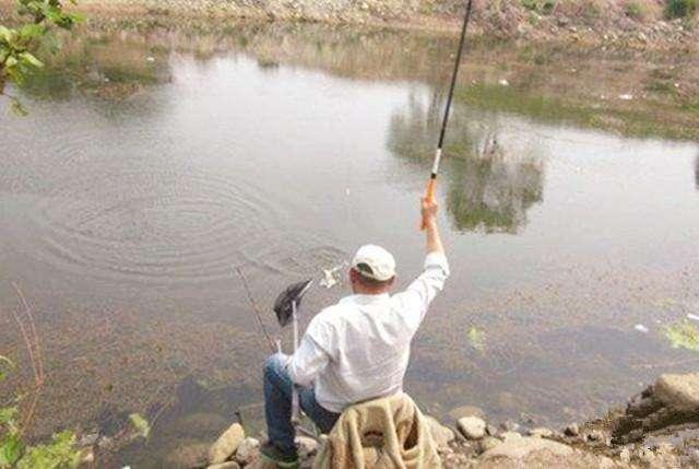 野钓鲫鱼频繁脱钩,和带不带倒刺无关,是几种原因
