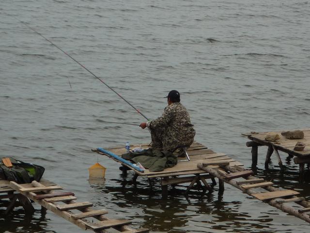 我费死劲帮钓友遛上来鱼,然后这哥们就不认账了