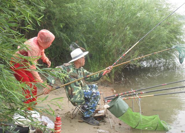 钓鱼时,偶遇了一对父女,上鱼不是主要的