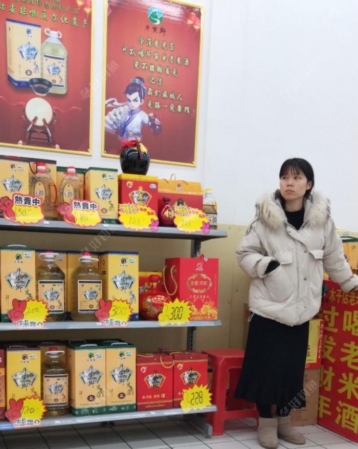 """年底逛超市购物,发现木子店的""""老米酒""""也卖到沃尔玛超市里面来了,看了看这价格还真的不便宜呢…"""