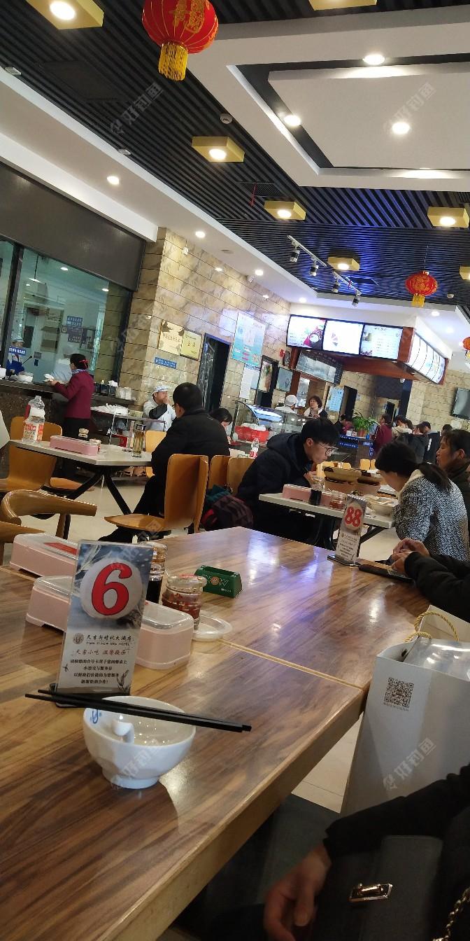 来这快餐部吃饭的人还真不少!这儿吃饭方便快捷、干净、卫生,也不算贵!