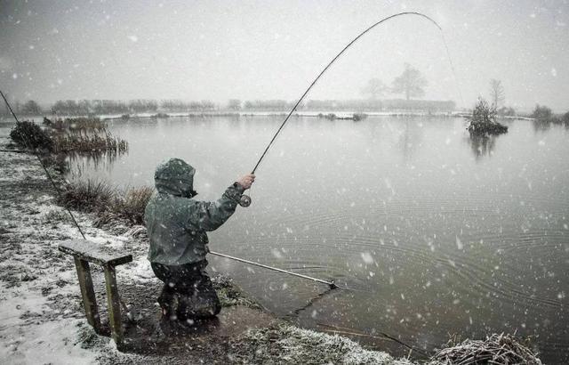 下雪天适合钓鱼吗?谈钓点选择鱼钓鱼技巧