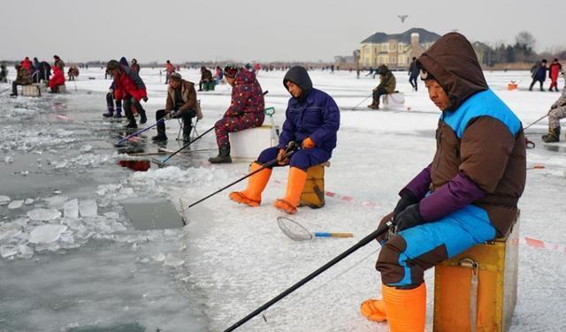 冬季冰钓必备的工具