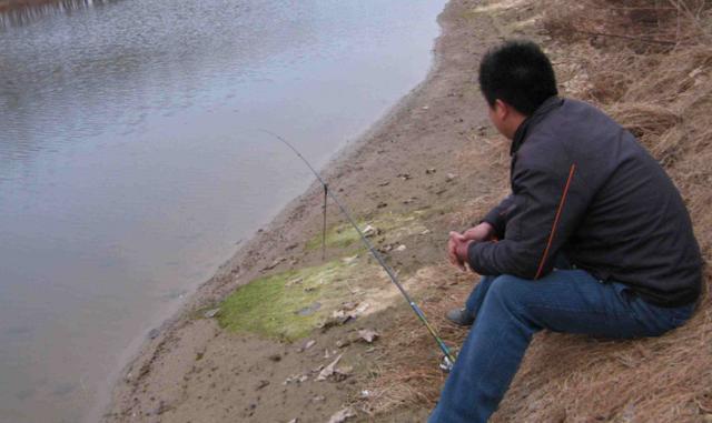 早春钓鱼抓住几个关键因素,水域、天气、饵料