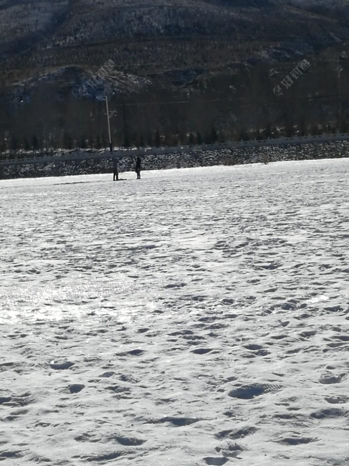 远处还有来滑冰的,冰都被雪盖住了,滑个屁