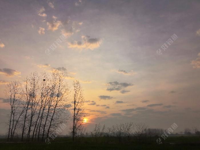右后侧远处太阳刚刚升起