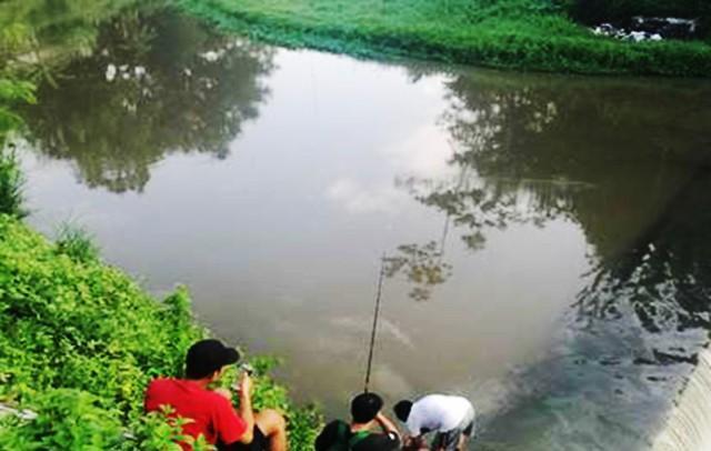 水边钓鱼,救了小孩被对方父母报答
