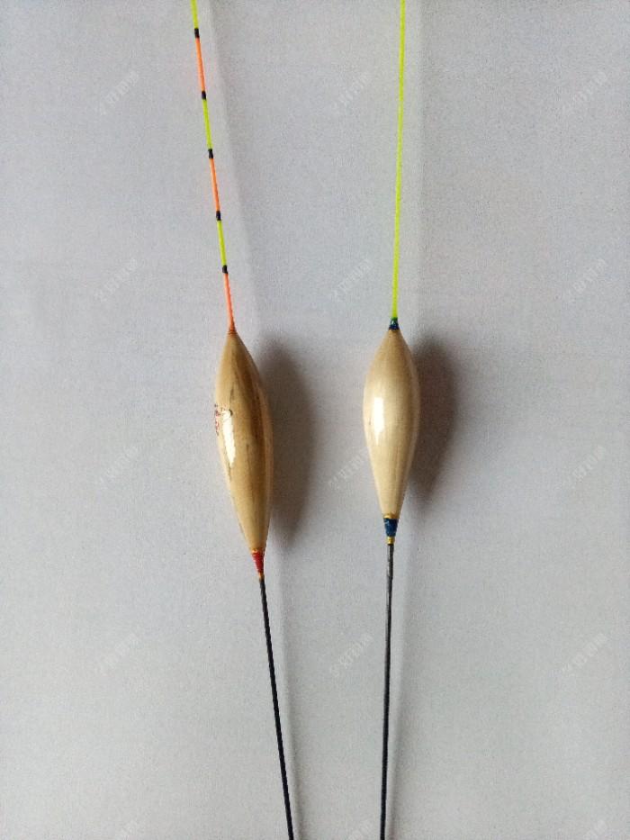 此漂形属于短胖枣。总漂长能做到500-800mm.。主要适用于行程。漂身直径稍大。下降缓慢。脚长尾长,行程效果非常好。做短的话,可以浮钓鲢鳙。