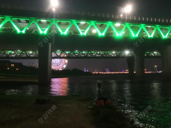 桥下的灯光