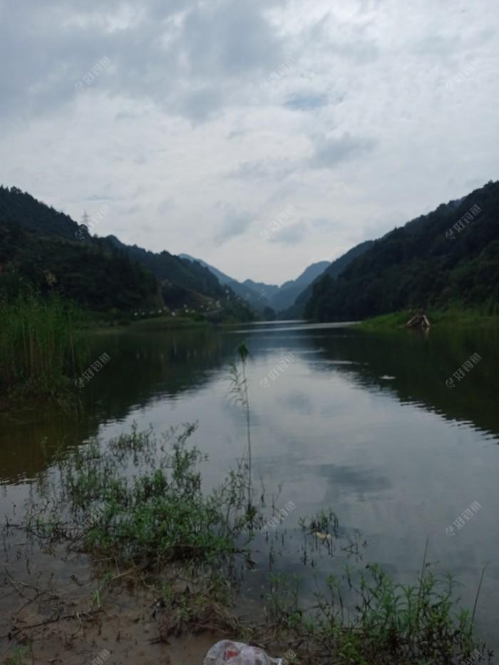 皖南山区皆山多水,风景宜人,这是流入新安江方向的一条主要支流之一的大洲源河,再出去三公里便汇入新安江。