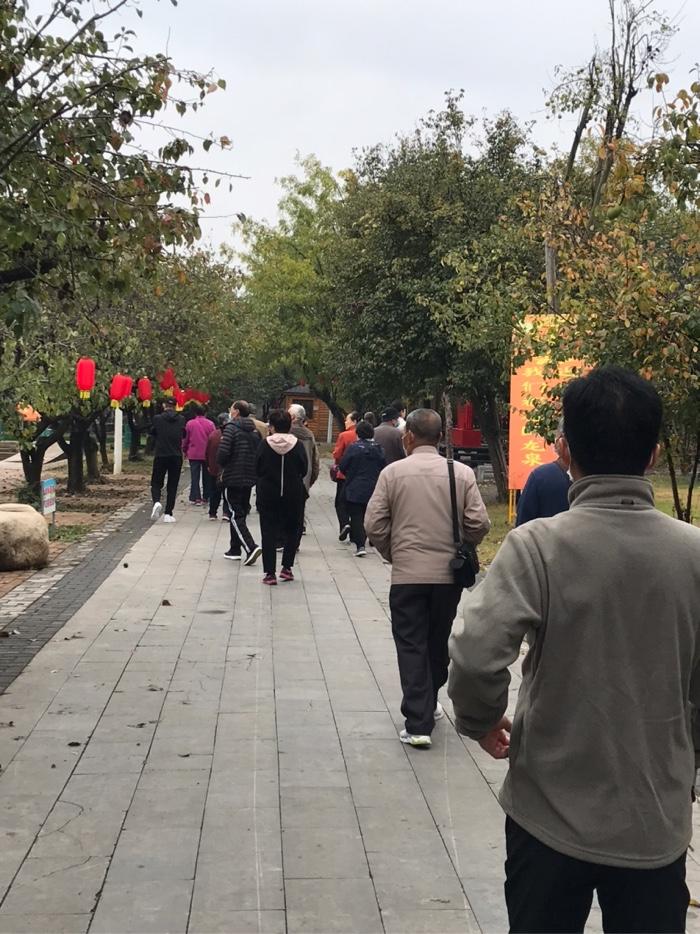 """跟随工作人员前往""""运河支队""""抗日纪念馆参观。"""