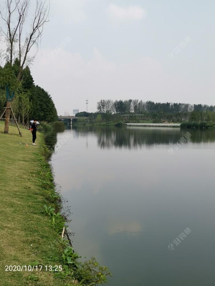 七里画廊的中心区域,北岸钓鱼者众多。