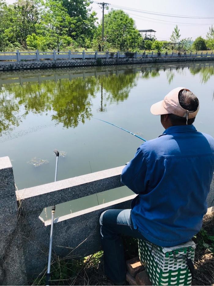同事老王正在聚精会神的钓鱼。