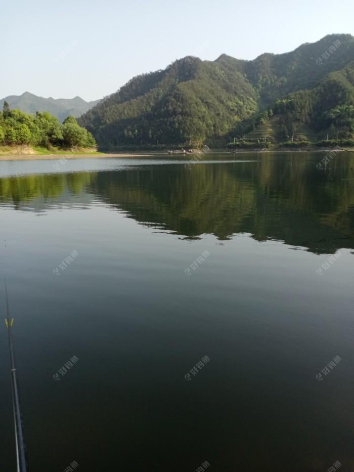 由浙江淳安县千岛湖镇开往安徽歙县深度镇的客轮由新安江下游向上游驶去。四点多了。