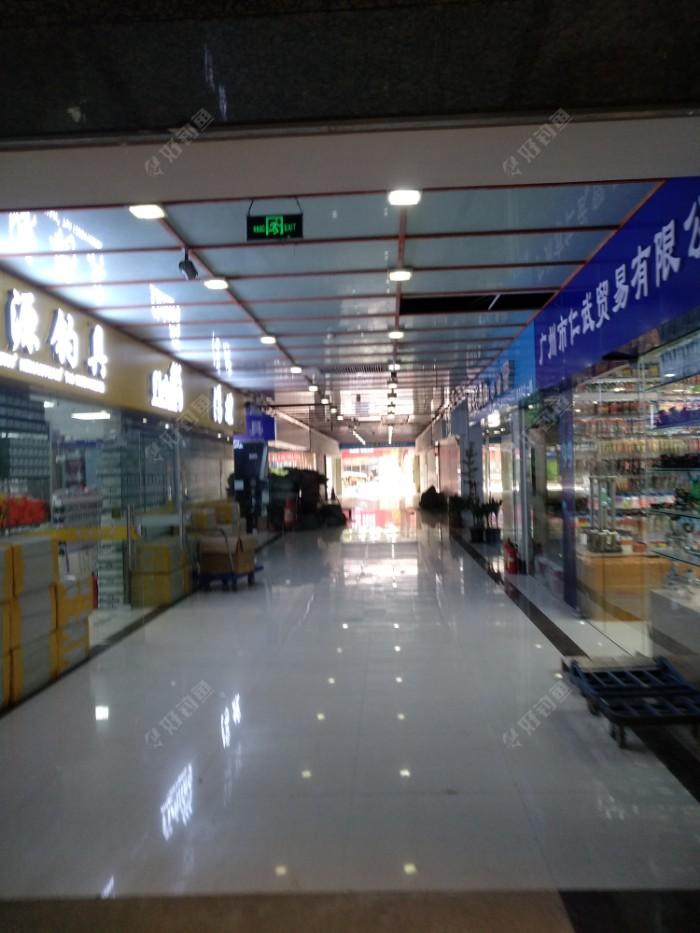 冷冷清清,全市场也就30多加店,各种杂牌子,还要推荐都是达亿瓦,阿布高端品牌给我,感觉还没重庆火车站那边沧州货渔具市场热闹
