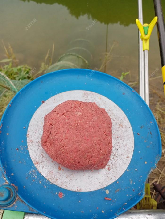 江湖猎人翘嘴料、霸野通、虾粉及拉丝粉按35%,35%,15%,15%配制的饵团。
