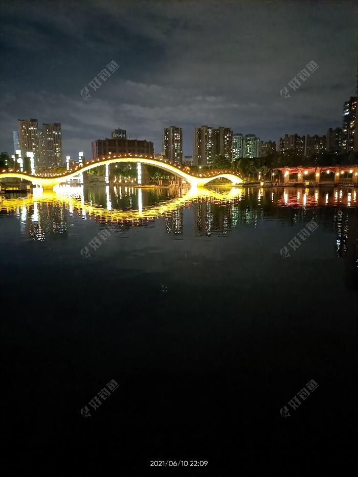 晚上的千灯湖灯光璀璨啊,就是有点炫目!